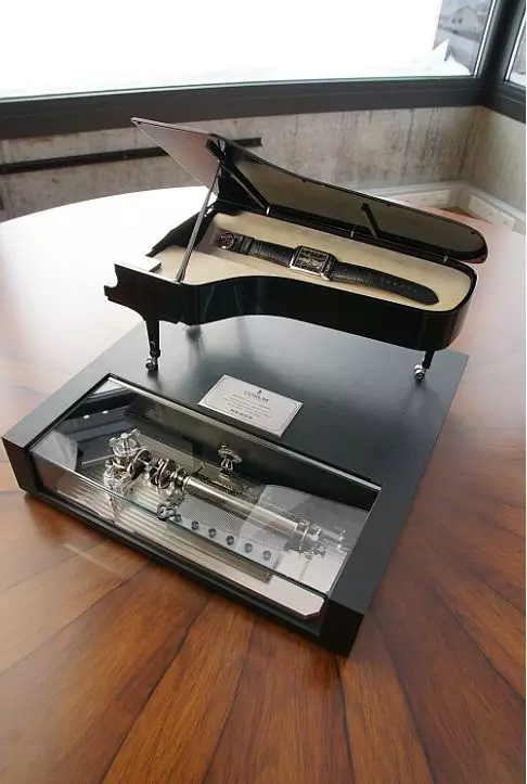 The watch box was customized for Joachim Horsley which looks like a piano.