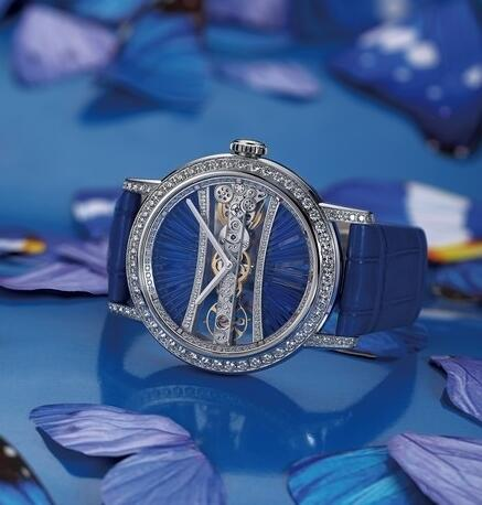The patented extraordinary movement could be viewed through the transparent sapphire crystal clearly.