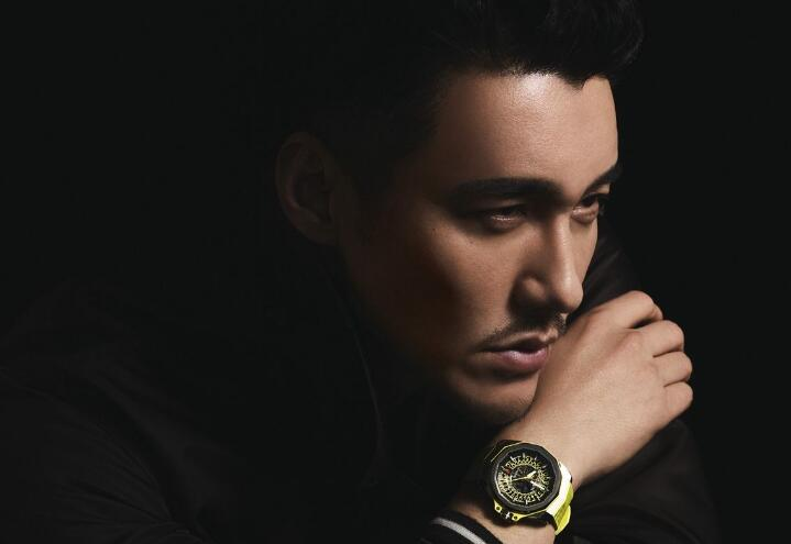 The yellow elements on the dial and strap make Hu Bing look more dynamic and fashionable.
