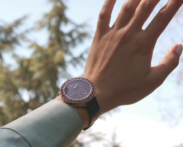 The gemstones set on the bezel are designed with the same color of the dial.