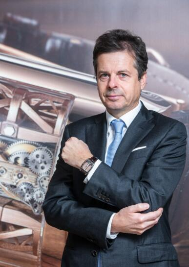 The rectangle Corum Golden Bridge has made Mr Jérôme Biard very gentle and handsome.