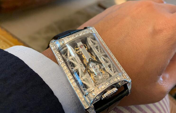 The diamonds paved on the dial and case make the model nobler and more precious.