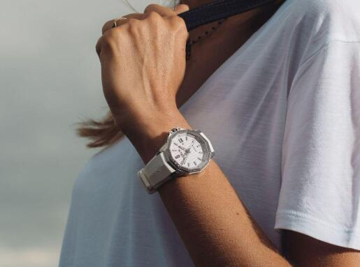 The diamonds paved on the bezel has added the feminine touch to the timepiece.