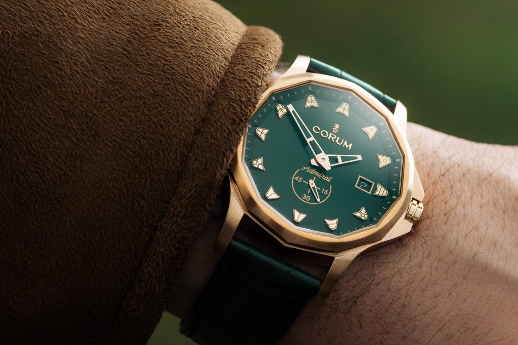 The green tone makes the best copy Corum more dynamic and vintage.